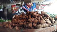 Harga kunyit, bahan jamu herbal penangkal virus Corona covid-19 di Cilacap hanya Rp 10 ribu per kilogram. (Foto: Liputan6.com/Muhamad Ridlo)