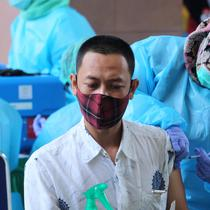 Vaksinator menyuntikkan vaksin COVID-19 Sinovac ke seorang guru saat vaksinasi massal di Gedung Pemerintah Kota Tangerang, Banten, Kamis (25/2/2021). Sebanyak 6.000 petugas pelayanan publik dan guru di Kota Tangerang menjalani vaksinasi COVID-19. (Liputan6.com/Angga Yuniar)