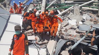 Tim Sar mengevakuasi korban gempa Palu dan Donggala.