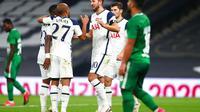 Para pemain Tottenham Hotspur berselebrasi pada pertandingan kualifikasi Liga Europa melawan Maccabi Haifa, Jumat (1/10/2020) dini hari WIB. (Clive Rose/Pool via AP)