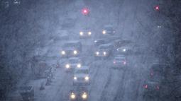 Suasana jalan di Atlantic Avenue di Brooklyn saat badai salju di New York City (7/3). Badai salju kedua yang melanda New York dalam waktu seminggu ini juga akan menimbulkan kekhawatiran akan putaran listrik lainnya. (Drew Angerer/Getty Images/AFP)