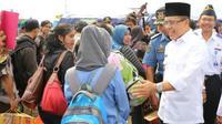Bupati Banyuwangi Abdullah Azwar Anas berinteraksi dengan para pemudik.