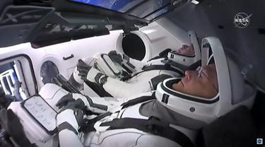 Dua Astronaut NASA, Bob Behnken dan Doug Hurley saat berada di dalam kapsul SpaceX Crew Dragon (Photo Credit: NASA TV/AFP/)