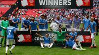 Manchester City berhasil meraih trofi Community Shield 2019, setelah menang 5-4 atas Liverpool di Stadion Wembley, Minggu (4/8/2019). (AFP/Ian Kington)