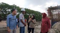 Wali Kota Surabaya Tri Rismaharini melakukan sidak ke kawasan pinggiran saat libur cuti bersama Natal, Selasa (24/12/2019) (Liputan6.com/ Dian Kurniawan)