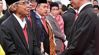 Presiden Joko Widodo (kanan) menyalami Artidjo Alkostar usai pelantikan Dewan Pengawas KPK di Istana Negara, Jakarta, Jumat (20/12/2019). Upacara pelantikan Dewan Pengawas KPK dipimpin langsung Presiden Joko Widodo. (Foto: Biro Pers Setpres)