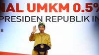 Presiden Jokowi memberikan sambutan pada sosialisasi PPh final UMKM di Sanur, Sabtu (23/6). Mengenakan pakaian adat Bali, Jokowi mensosialisasikan penurunan tarif pajak PPh kepada lebih dari seribu pelaku usaha. (Liputan6.com/Pool/Biro Pers Setpres)