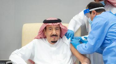 Raja Salman dari Arab Saudi disuntik vaksin COVID-19 Pfizer pada 8 Januari 2021 (Saudi Press Agency)