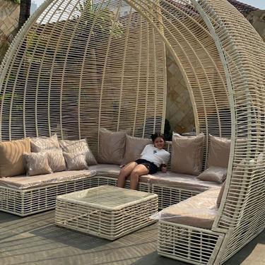 Nyaman dan Asri, Ada Tempat Tidur Rotan di Halaman Belakang Rumah Krisdayanti