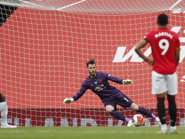 Pemain West Ham United Michail Antonio (kiri) mencetak gol ke gawang Manchester United pada pertandingan Liga Inggris di Old Trafford, Manchester, Inggris, Rabu (22/7/2020). Pertandingan berakhir dengan skor 1-1. (Clive Brunskill/Pool via AP)