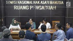 Komisioner Komnas HAM, Sandrayati Moniaga (tengah) melakukan audiensi dengan perwakilan KontraS, YLBHI serta GERAK di Jakarta, Rabu (15/5/2019). KontraS, YLBHI serta GERAK melaporkan pencideraan Hari Buruh 2019 dengan Kekerasan yang dilakukan oleh aparat. (Liputan6.com/Helmi Fithriansyah)