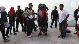 Menpora Imam Nahrawi (tengah) berbincang bersama atlet paralayang Indonesia saat meninjau latihan di kawasan Puncak, Cianjur, Jawa Barat, Kamis (26/7). Menpora juga meninjau kesiapan venue paralayang Asian Games 2018. (Liputan6.com/Helmi Fithriansyah)