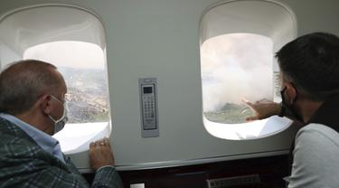 Dari dalam Pesawat, Presiden Erdogan Pantau Kebakaran Hutan di Selatan Turki