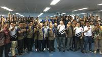 Direksi PT Yamaha Indonesia Motor Mfg berfoto bersama 21 tim yang akan berlaga di berbagai kompetisi balap motor nasional dan internasional pada 2019. (Bola.com/Benediktus Gerendo Pradigdo)