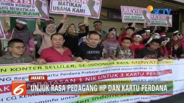 Para pedagang ponsel dan kartu perdana di pusat penjualan ponsel di Kawasan Roxy, Jakarta Barat, mengawali hari dengan berunjuk rasa.