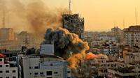 Asap tebal dan api naik dari menara Al-Sharouk saat runtuh setelah terkena serangan udara Israel, di Kota Gaza, pada 12 Mei 2021. QUSAY DAWUD | AFP