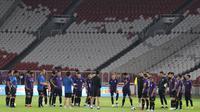 Pemain Timnas Thailand saat latihan jelang laga kualifikasi Piala Dunia 2022 di SUGBK, Jakarta, Senin (9/9). Thailand akan berhadapan dengan Indonesia. (Bola.com/M Iqbal Ichsan)