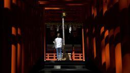 Seorang pengunjung melihat Kuil Ikuta di pusat Kobe (5/10/2019). Kuil, dengan sejarah lebih dari 1.800 tahun ini dikatakan sebagai salah satu kuil tertua di Jepang. (AFP Photo/Monteforte)