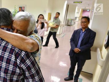 Mantan PM Timor Leste Xanana Gusmao memeluk Presiden RI ke-6 Susilo Bambang Yudhoyono (SBY) di National University Hospital, Singapura, Minggu (24/2). Xanana menjenguk istri SBY, Ani Yudhoyono yang sedang sakit. (Liputan6.com/HO/Anung Anandito)
