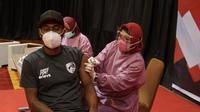 Striker PSM Makassar Patrich Wanggai mendapat vaksin Covid-19. (Dok PSSI)