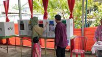 Salah satu warga ikut Pemilu Susulan (PSU) di salah satu TPS di Palembang (Liputan6.com / Nefri Inge)