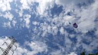 Sebuah balon udara tersangkut di jaringan Saluran Udara Tegangan Tinggi (SUTT) 150 KV Ponorogo - Manisrejo line 1, di Desa Purworejo, Kecamatan Geger, Kabupaten Madiun. (Foto: PT PLN)