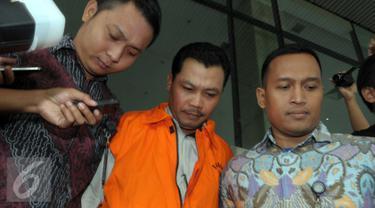 Dandung Pamularno usai menjalani pemeriksaan KPK, Jakarta, Jumat (4/1). Dandung menjadi tersangka kasus penyuapan oknum di Kejati DKI Jakarta yang diamankan dalam operasi tangkap tangan. (Liputan6.com/Helmi Afandi)