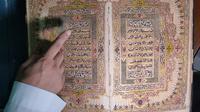 Tulisan arab menggunakan tinta emas terukir di kitab suci Alquran peninggalan Kesultanan Palembang Darussalam (Liputan6.com / Nefri Inge)