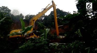Ilham Muharam menjadi saksi korban selamat saat tanah longsor di Cijeruk, Maseng, Bogor.  Saat kejadian cuaca masih hujan, terdengar suara gemuruh dari atas dan terlihat tembok rumah pada retak. Bongkahan bangunan meninmpa kaki dan muka Ilham. (sab...