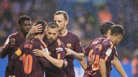 Pemain Barcelona merayakan gol Lionel Messi ke gawang Deportivo La Coruna pada lanjutan La Liga, Senin (29/4/2018) dini hari WIB.  (AP Photo/Lalo R. Villar)