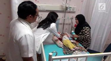 Bayi pasien penderita Hydrocephalus dengan kelainan langka ini akhirnya dirawat di lantai lima rumah sakit Universitas Airlangga Surabaya.