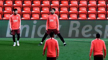 Pemain Barcelona Lionel Messi (kiri) dan Luis Suarez saat sesi latihan bersama rekan-rekan mereka jelang menghadapi Liverpool pada leg kedua semifinal Liga Champions di Stadion Anfield, Liverpool, Inggris, Senin 6 Mei 2019. (Peter Byrne/PA via AP)
