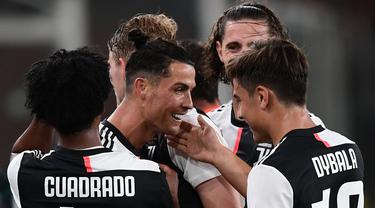 Pemain Juventus merayakan gol yang dicetak Cristiano Ronaldo ke gawang Genoa pada laga lanjutan Serie A di Stadion Luigi Ferraris, Rabu (1/7/2020) dini hari WIB. Juventus menang 3-1 atas Genoa. (AFP/Miguel Medina)