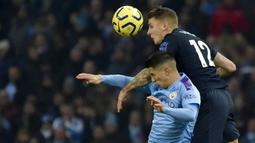 Bek Manchester City, Joao Cancelo, duel udara dengan pemain Everton, Lucas Digne, pada laga Premier League di Stadion Etihad, Rabu (1/1/2020). Manchester City menang 2-1 atas Everton. (AP/Rui Vieira)