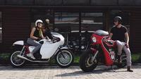 Ananda Omesh dan istri, Dian Ayu Lestari yang sama-sama suka mengendarai sepedamotor. (Instagram)