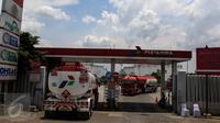Aktivitas mobil tangki milik Pertamina di Depo Pertamina Plumpang, Jakarta Utara, Selasa (1/11). Meski adanya aksi mogok kerja Awak Mobil Tangki (AMT), di lokasi masih ada mobil-mobil tangki milik Pertamina yang beroperasi. (Liputan6.com/Faizal Fanani)