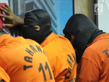 Tersangka kasus Tindak Pidana Perdagangan Orang diperlihatkan saat rilis di Bareskrim Mabes Polri, Jakarta, Senin (23/4). Bareskrim Mabes Polri menahan delapan tersangka kasus Tindak Pidana Perdagangan Orang. (Liputan6.com/Helmi Fithriansyah)
