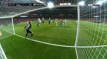 Real Madrid menang atas Real Betis dalam pertandingan lanjutan dan berhasil menggusur Barcelona dari puncak klasemen. (BallBall Video)