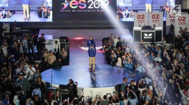 Pengusaha yang juga Cawapres nomor urut 02, Sandiaga Uno menyapa milenial dalam acara Young Entrepreneur Summit (YES) 2019 di Istora Senayan, Jakarta, Rabu (10/4). Ajang inspiratif bertajuk YES 2019 mengusung  tema 'Arah Baru Ekonomi Indonesia'. (Liputan6.com/Fery Pradolo)