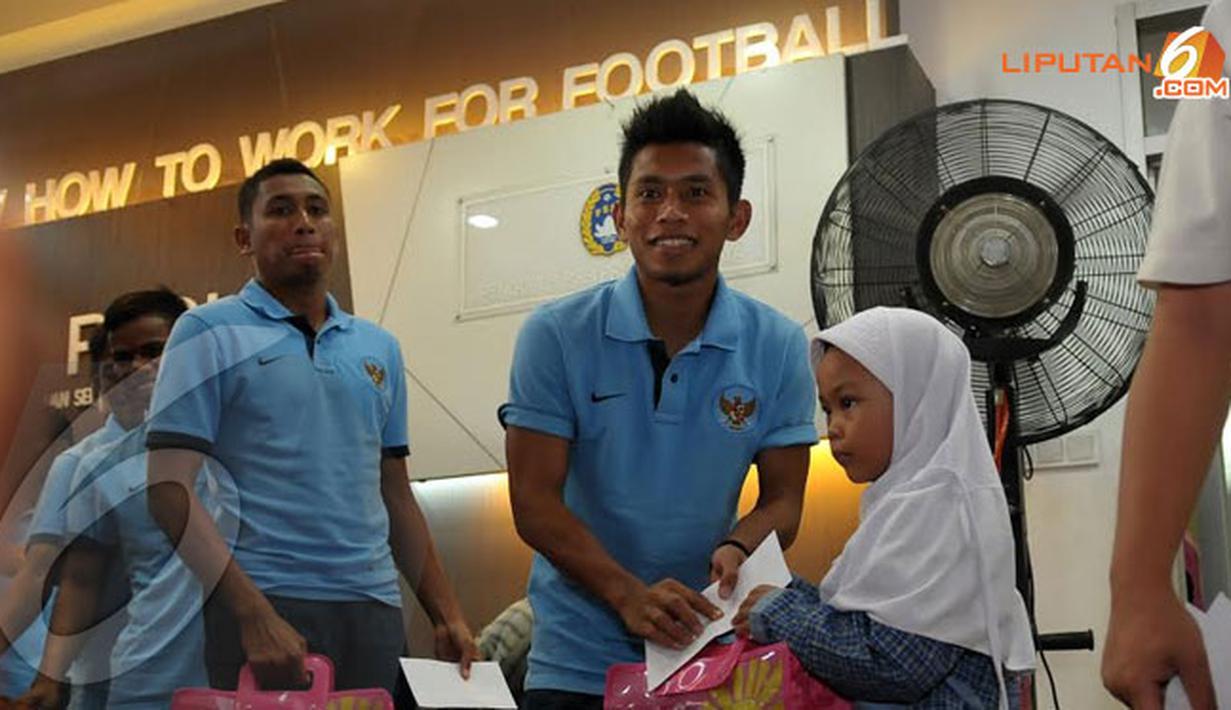 Pemain Timnas Indonesia U23 Andik Vermansyah memberikan bingkisan kepada sejumlah anak yatim yang hadir dalam acara pelepasan (Liputan6.com/Helmi Fithriansyah)