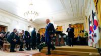 Presiden Joe Biden dan Presiden Korea Selatan Moon Jae-in berangkat setelah konferensi pers bersama di Ruang Timur Gedung Putih, Jumat, 21 Mei 2021, di Washington. (Foto AP / Alex Brandon)