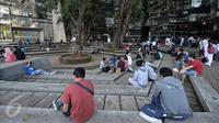 Sejumlah pemain game Pokemon Go berburu pokemon di area Kampus Universitas Indonesia (UI), Depok, Sabtu (6/8). Game Pokemon Go bisa diunduh langsung oleh pengguna iPhone, iPad, dan smartphone maupun tablet Android. (Liputan6.com/Yoppy Renato)
