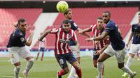 Pemain Atletico Madrid, Angel Correa, berusaha melewati pemain Osasuna pada laga Liga Spanyol di Stadion Wanda Metropolitano, Minggu (16/5/2021). Atletico Madrid menang dengan skor 2-1. (AP/Manu Fernandez)