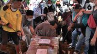Keluarga melakukan proses pemakaman terhadap pramugari Nam Air, Isti Yudha Prastika (34) yang menjadi korban jatuhnya pesawat Sriwijaya Air SJ 182, di TPU Pondok Petir, Depok, Sabtu (16/1/2020). Pada saat kejadian Isti dalam status sebagai penumpang Sriwijaya Air. (merdeka.com/Arie Basuki)