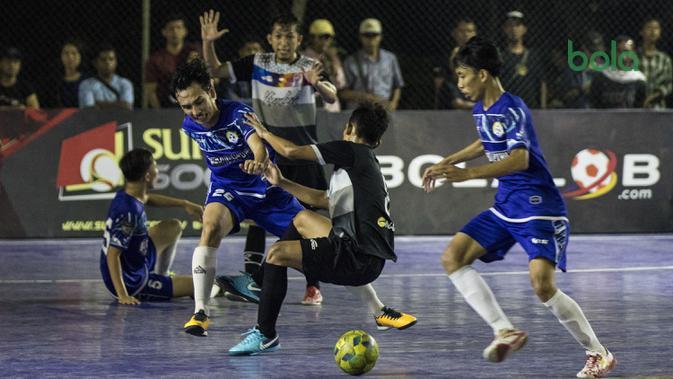 Pemain Al-Falah berebut bola dengan pemain Kerambah Futsal pada Grand Final Futsal Battle di Mall Taman Anggrek, Jakarta, Minggu (14/10). Acara kompetisi futsal tahunan ini berlangsung meriah. (Bola.com/Vitalis Yogi Trisna)