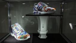 Sepatu kets unik kolaborasi Adidas dan produsen porselen Meisse bernama Porcelain ZX8000 dipajang saat pratinjau di rumah lelang Sotheby di New York City pada 4 Desember 2020. Sepatu yang akan dilelang bulan ini diperkirakan terjual dengan nilai hingga 1 juta dollar AS. (Kena Betancur/AFP)