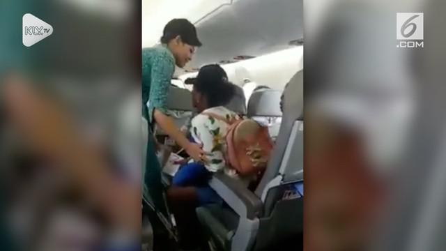 Seorang penumpang suatu maskapai menangis minta turun, padahal saat itu pesawat sedang terbang di udara.