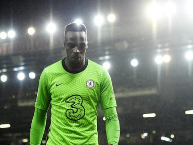Kiper Chelsea, Edouard Mendy, saat pertandingan melawan Manchester United pada laga Liga Inggris di Stadion Old Trafford, Minggu (25/10/2020). Kedua tim bermain imbang 0-0. (Oli Scarff/Pool via AP)