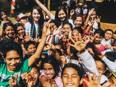 Cantiknya Chelsea Islan saat hadiri kegiatan sosial 'Taman Bacaan Pelangi' di Nusa Tenggara Timur (Liputan6/IG/@chelseaislan)