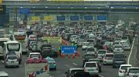Antrean panjang kendaraan masih terjadi di Gerbang Tol (GT) Cikarang Utama, Kabupaten Bekasi, Jawa Barat pada Selasa (12/7/2016) siang. (Liputan6.com/Fernando Purba)